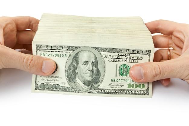 Grande pilha de dinheiro nas mãos