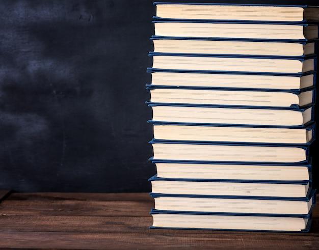 Grande pilha de livros em uma capa azul