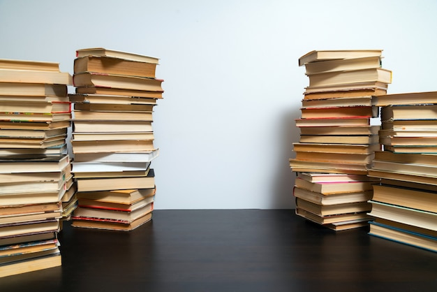 Grande pilha de livros sobre a mesa. estudar antes do exame. pilha de livros antigos. conceito de educação e estudo