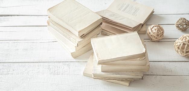 Grande pilha de livros sobre a mesa.