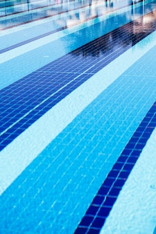 Grande piscina ao ar livre azul no local, close-up