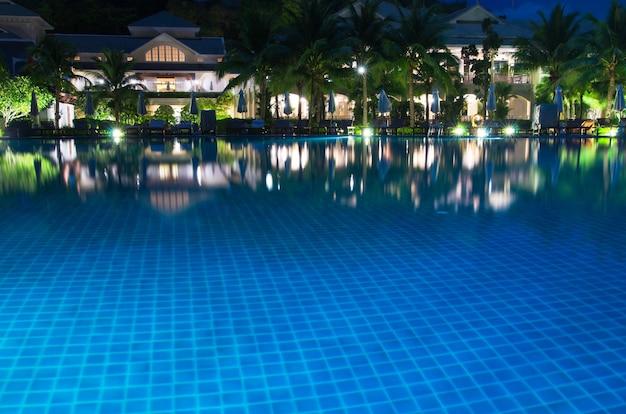 Grande piscina em hotel de luxo