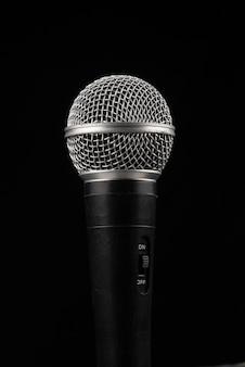 Grande plano com microfone condensador profissional