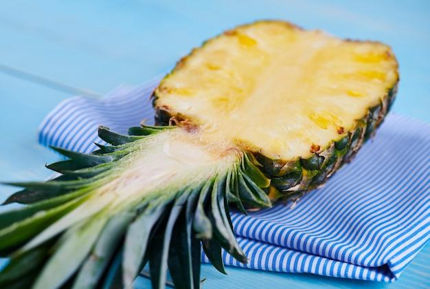 Grande plano de abacaxi cortado ao meio no guardanapo
