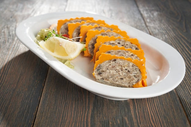 Grande plano de arroz misturado com pasta de camarão em um prato branco tailandês saudável