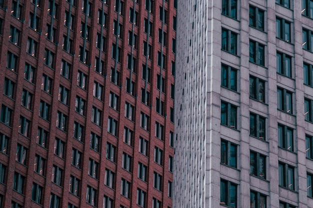 Grande plano de edifícios altos marrons e cinza