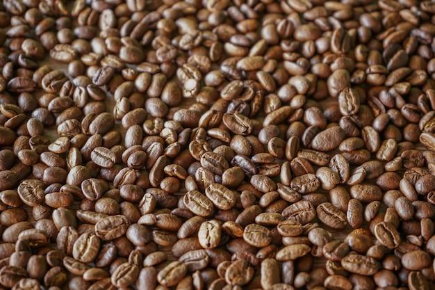 Grande plano de grãos de café torrados