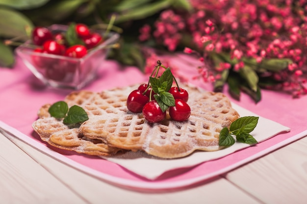 Grande plano de waffles doces com cerejas