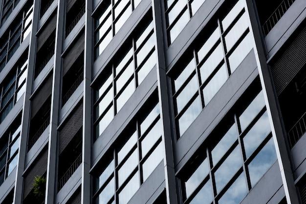 Grande plano do edifício de escritórios na cidade