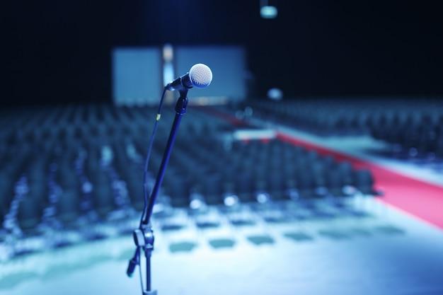 Grande plano do microfone na sala de concertos ou sala de conferências