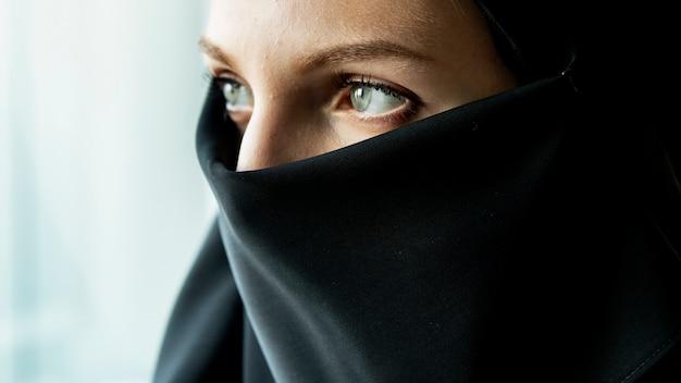 Grande plano do retrato de uma mulher muçulmana