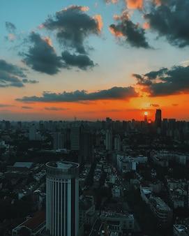 Grande plano lindo da arquitetura urbana da cidade e do horizonte ao pôr do sol