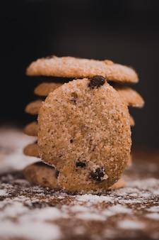 Grande plano seletivo em close up de biscoitos de chocolate assados