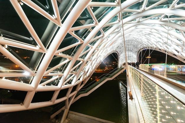 Grande ponte sobre o rio à noite