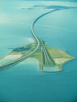 Grande ponte suspensa entre a dinamarca e a suécia no mar báltico