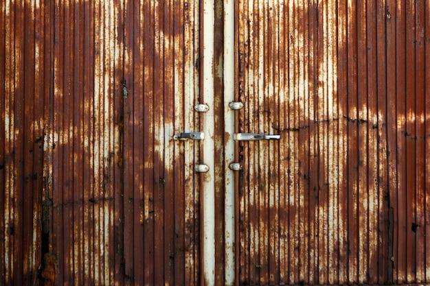 Grande porta enferrujada de um armazém