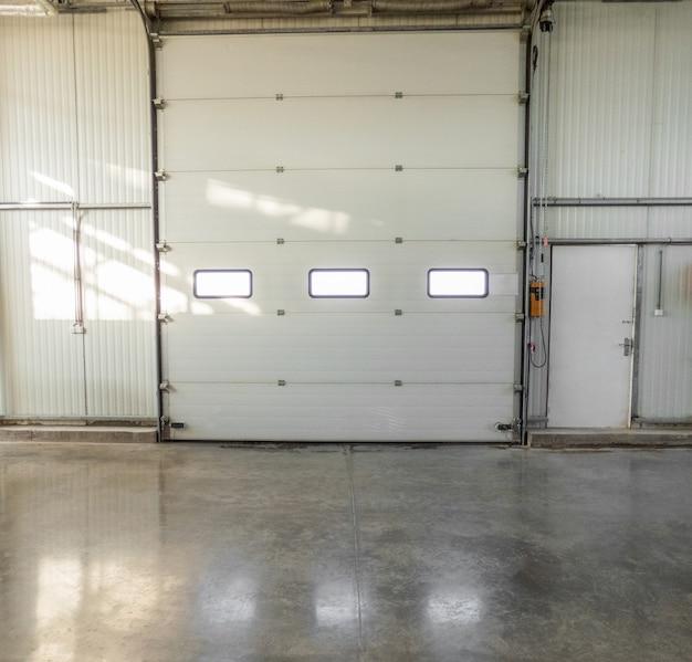 Grande portão fechado com janelas na fábrica. vista frontal