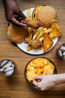 Grande prato de junk food
