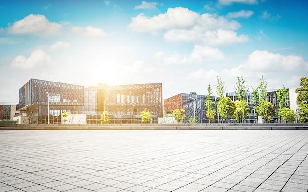 Grande prédio de escritórios moderno