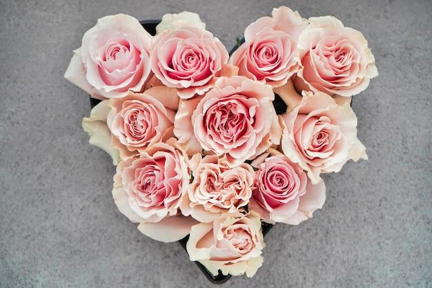 Grande presente para o dia dos namorados. um presente para um casal apaixonado.