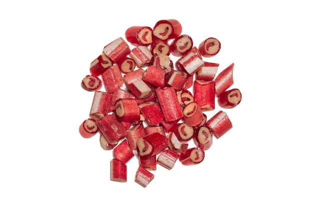 Grande punhado de pirulitos de malagueta vermelha com a imagem da pimenta isolada no fundo branco. vista superior