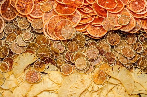 Grande quantidade de fatias frescas e saborosas de frutas de abacaxi, laranja e limão