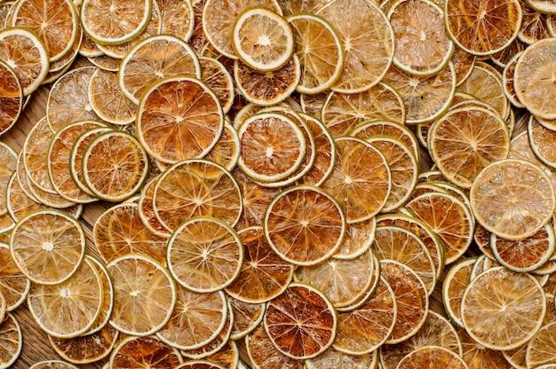 Grande quantidade de fatias frescas e saborosas de frutas de limão