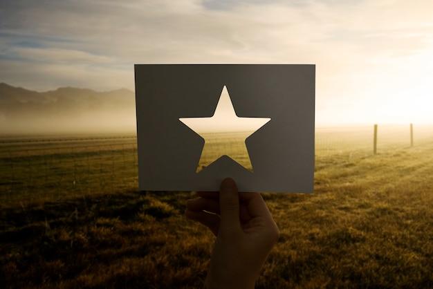 Grande recompensa de excelência perfurada estrela de papel