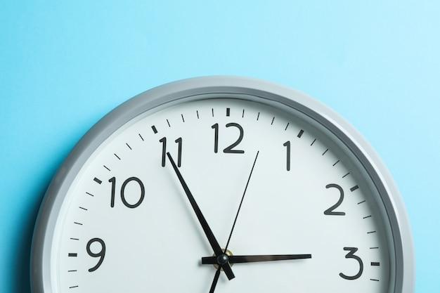 Grande relógio bonito no azul, espaço para texto