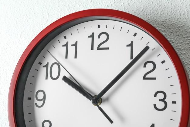 Grande relógio bonito pendurado na luz, espaço para texto