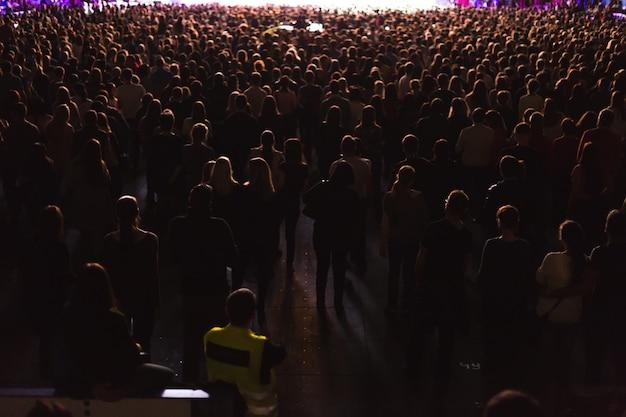 Grande sala de concertos cheia de espectadores diante do palco.