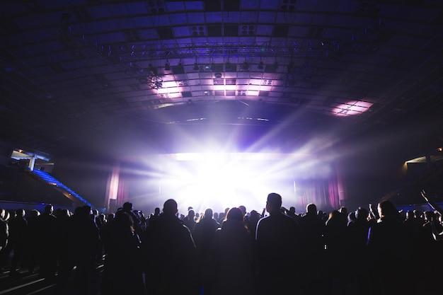 Grande sala de concertos cheia de espectadores diante do palco