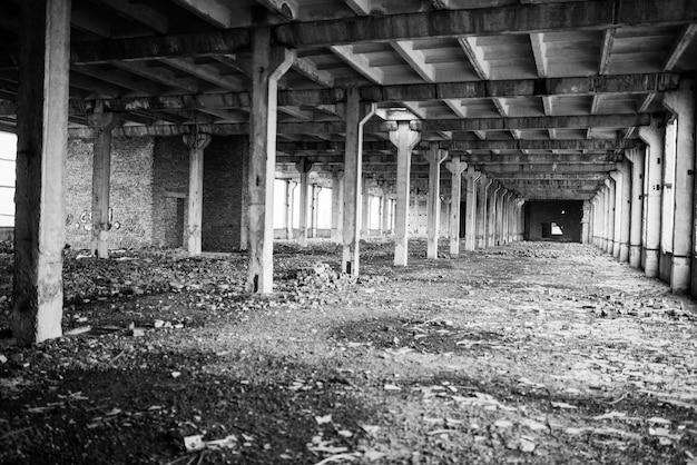 Grande salão industrial da fábrica abandonada.