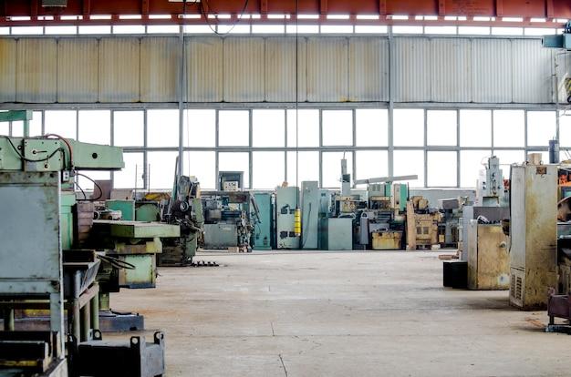 Grande salão industrial. fábrica de máquinas antigas de equipamentos de torneamento