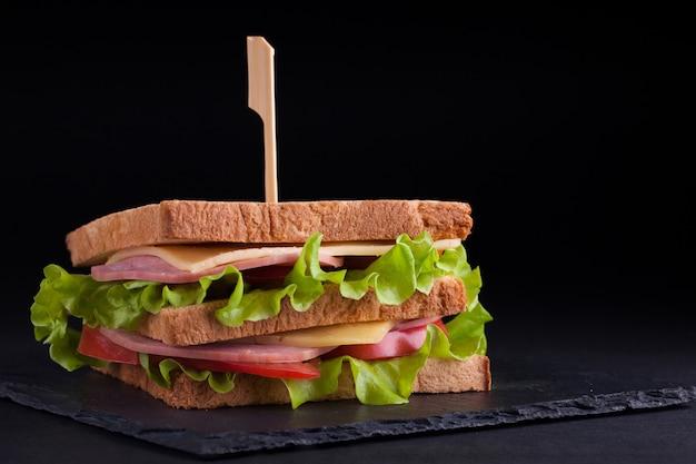 Grande sanduíche com presunto e queijo.