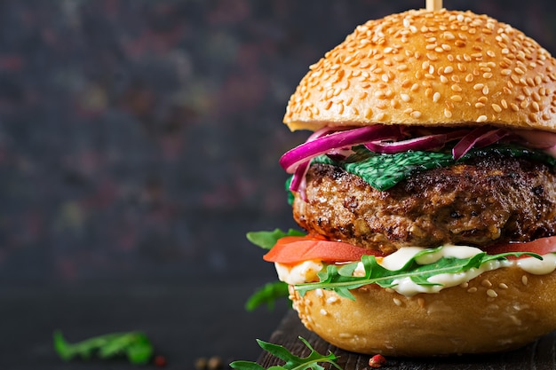 Grande sanduíche - hambúrguer hambúrguer com carne, tomate, queijo de manjericão e rúcula.