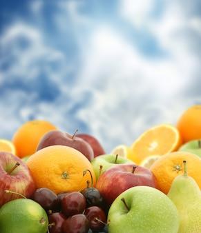 Grande selecção de frutas frescas de encontro a um fundo do céu azul