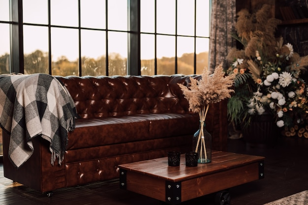 Grande sofá de couro no fundo de uma grande janela em um interior moderno