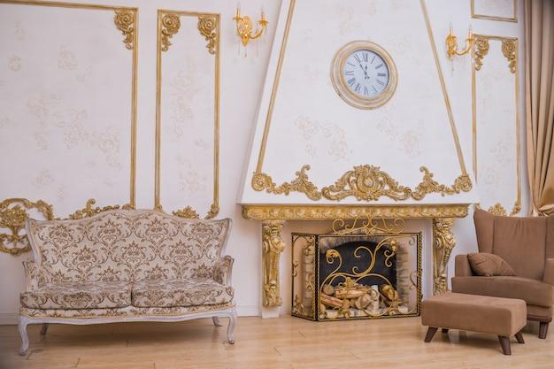Grande sofá perto da lareira e cadeira marrom. cadeira na moda de elegância, móveis. mobília retro.