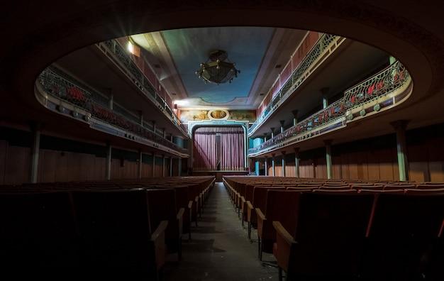 Grande teatro clássico abandonado
