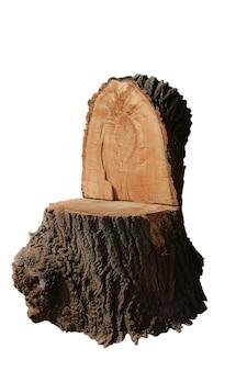 Grande toco de madeira esculpido em forma de cadeira ou trono em um fundo branco recortado