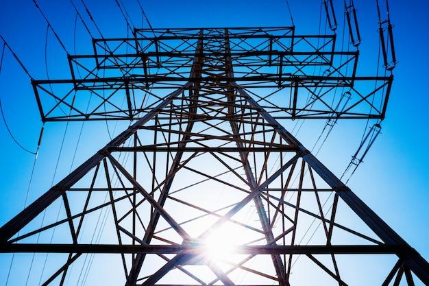 Grande torre elétrica de alta tensão, importante infraestrutura na área.