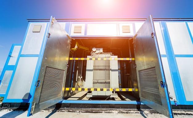 Grande transformador de energia em uma estação de painel solar