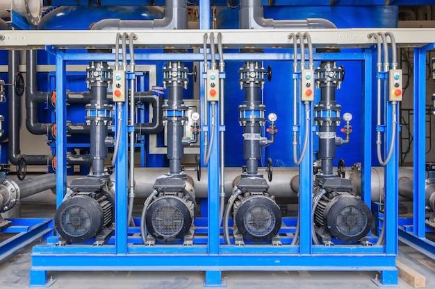 Grande tratamento de água industrial e sala de caldeiras.