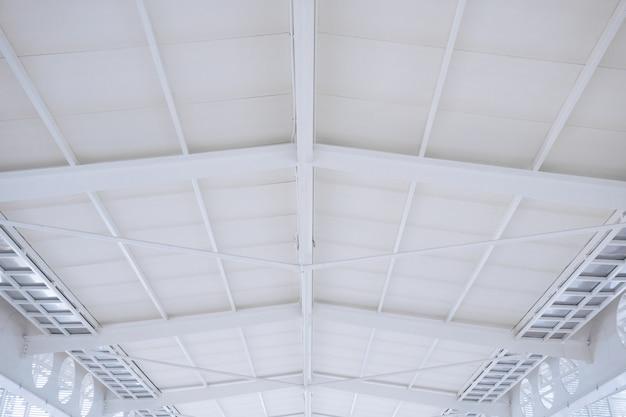 Grande treliça de estrutura de aço, estrutura do telhado e folha de metal no canteiro de obras