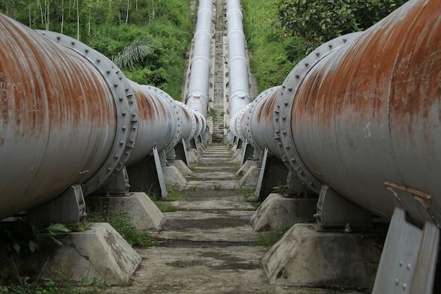 Grande tubo, para conectar o rio, relíquia holandesa, em kepanjen malang, east java, indonésia