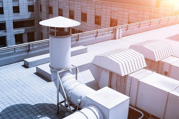 Grande tubulação do sistema de ventilação no telhado do prédio
