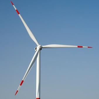 Grande turbina eólica contra o céu azul