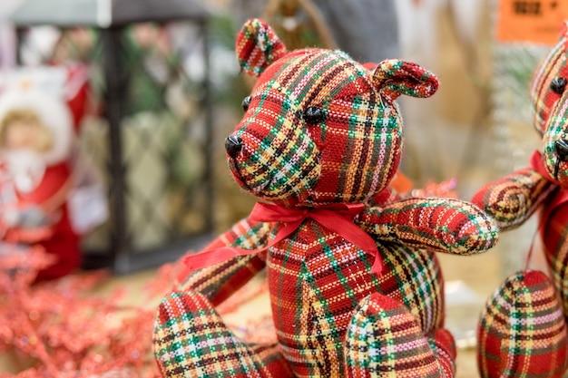 Grande ursinho colorido sentado. brinquedo macio