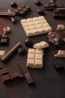 Grande variedade de barras de chocolate quebradas em pedaços